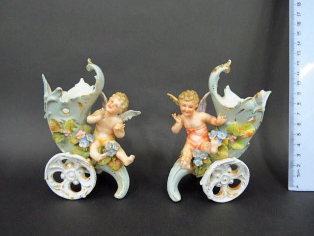 """זוג מחזיקי פרחים, פורצלן, כ""""א צורת עגלה עם קרן שפע ומלאך קטן, המאה ה19 (פגמים)"""