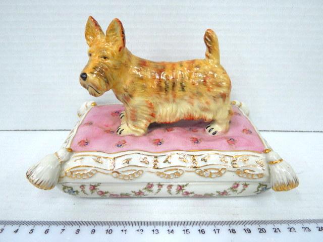 קופסת פורצלן צורת כרית עם כלב מעל