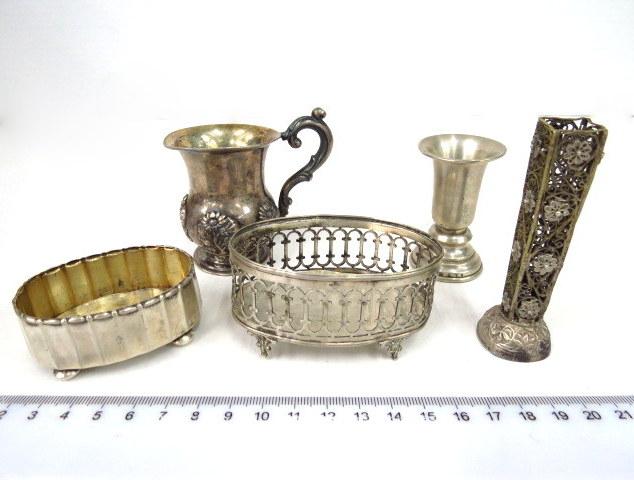 חמישה פריטי כסף: שתי מלחיות ספל כסף 84, מוסקבה 1846, גביע מיניאטורי ומחזיק לפרח