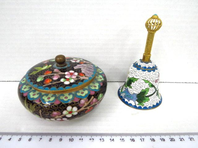 שתי עבודות קלוזונה סיניות: קופסה עם מכסה, ופעמון עם ידית