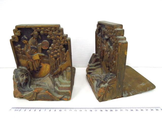 זוג מחזיקי ספרים, עץ, עבודת גילוף סינית עם הזהבה: שני ילדים מוליכים איש זקן ושני ילדים עם נזיר