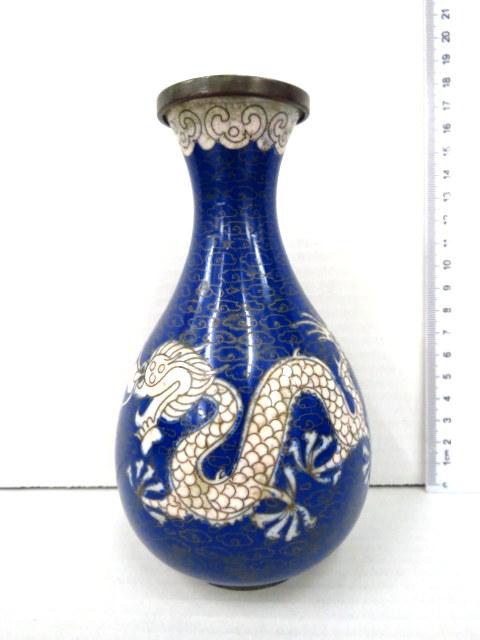 אגרטל קלוזונה סיני עם דרקון לבן (חמש אצבעות) על רקע כחול