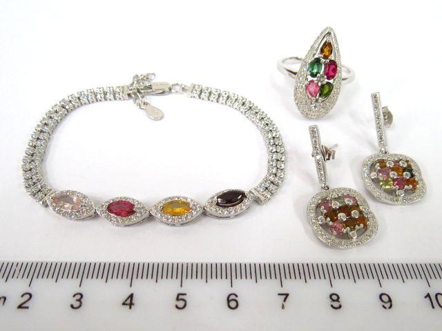 מע' תכשיטים הכוללת זוג עגילים, טבעת וצמיד עשויים כסף, עם שיבוץ ספירים לבנים וטורמלינים בגווני צבע שונים
