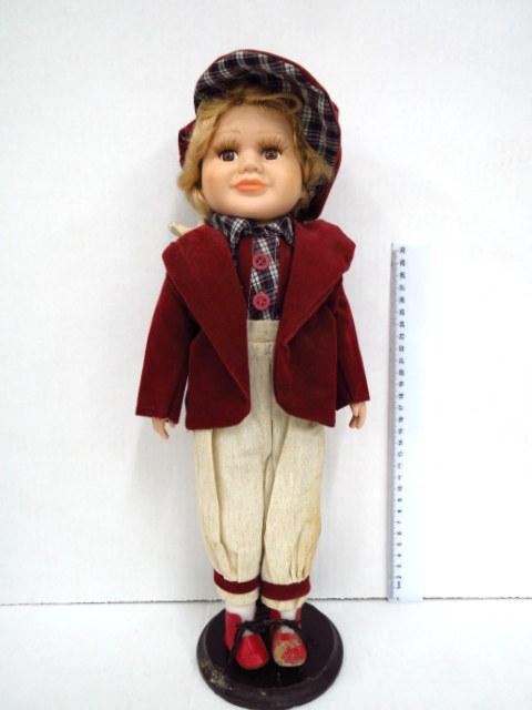 ילד עם כובע קסקט