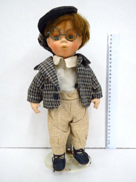 ילד בחליפה עם משקפיים