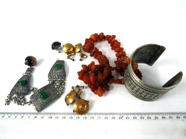 שרשרת ענבר, 2 צמידים, 3 זוגות עגילים, ישראל, שנות ה-50