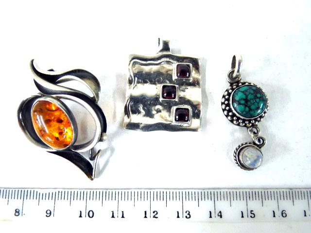 סיכה בעיצוב מודרני בשיבוץ ענבר, תליון בשיבוץ אבן אילת ואופל, ותליון ריבועי בשיבוץ 3 אבני חן אדומות, עיצוב מודרני חתומות