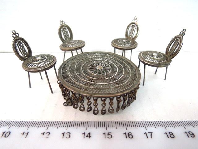 כולל ארבעה כסאות ושולחן,