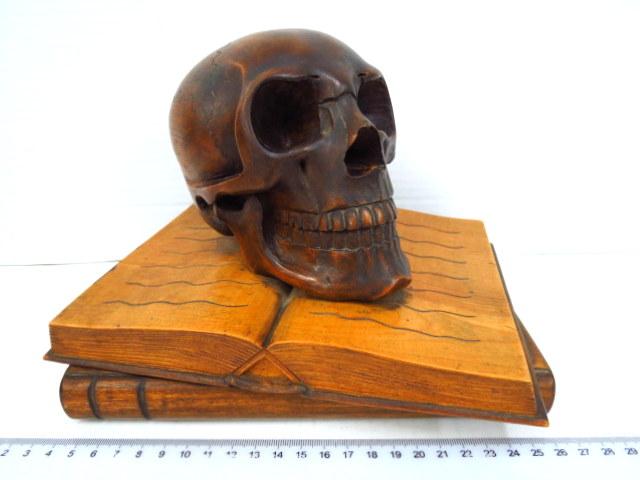 קישוט שולחן עשוי עץ מגולף צורת גולגולת ושני ספרים