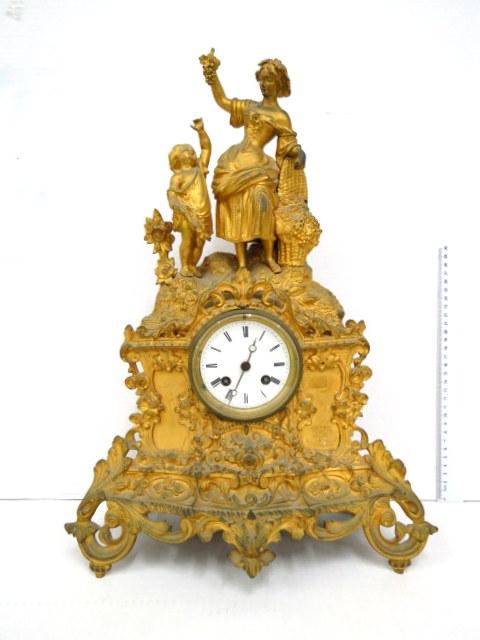 שעון מדף צרפתי, חיפוי עבודת אורמולו, עם שתי פיגורות מעל, אישה נותנת ענבים לילדה