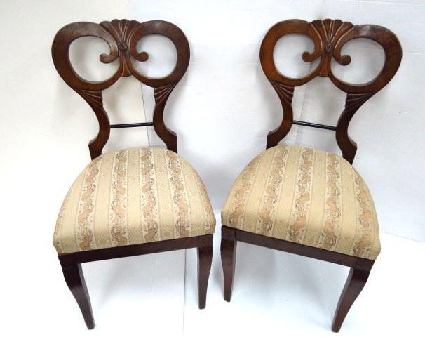 שני כסאות בידרמייר, אחד שבור