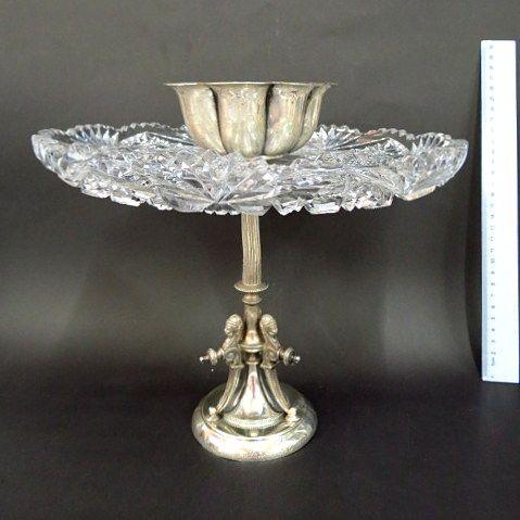 סנטר פיס, בסיס-רגלית מצופה כסף, סגנון Egyptian Revival, עם צלחת קריסטל מלוטש וקערית מצופה כסף מעל