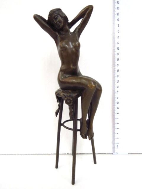 ברונזה, עירום, אישה יושבת על כסא, חתום