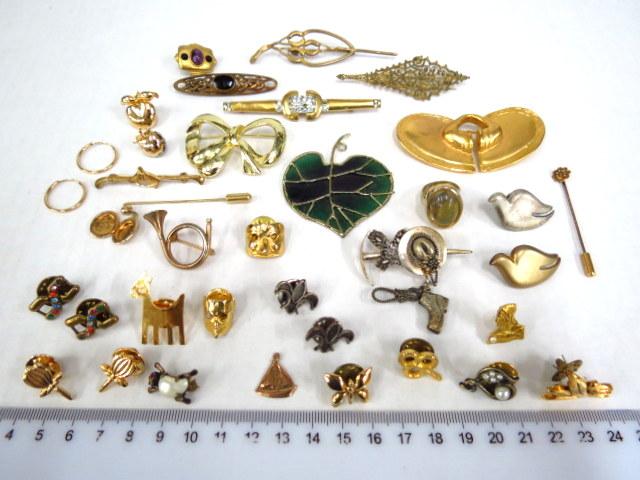 """לוט סיכות-תכשיטי אופנה זכוכית ומתכות שונות לא זהב, ס""""ה 36 פריטים"""