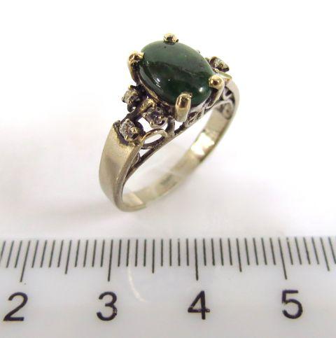 טבעת זהב לבן 18K, משובצת ב-6 יהלומים זעירים, ואבן חן ירוקה
