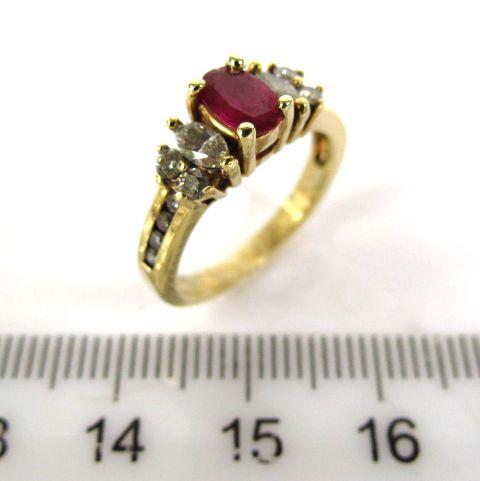 """טבעת זהב 14K, משובצת ביהלומים (ס""""ה כחצי קראט) ורובי"""