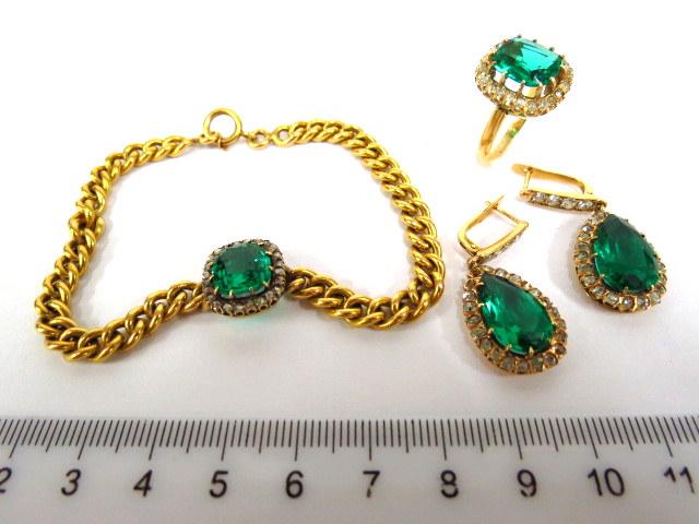 """מע' תכשיטים, זהב 18K הכוללת: צמיד, זוג עגילים וטבעת, כ""""א עם שיבוץ דיאמנטים ואבן חן ירוקה"""
