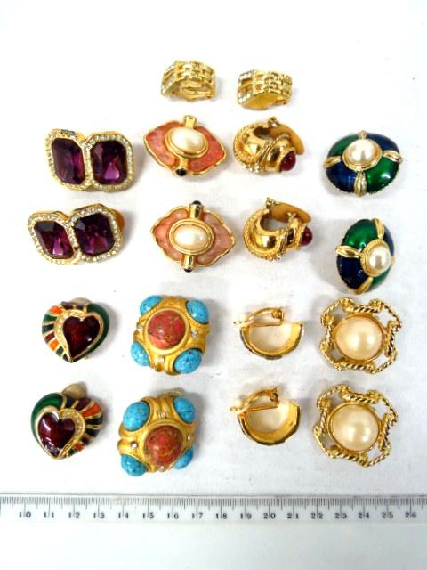 לוט של  9 זוגות עגילים מתכת מוזהבת וזכוכית צבעונית, אבני חן ואמייל