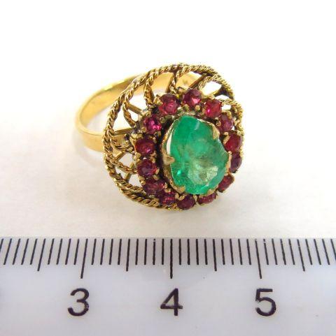 טבעת זהב 14K, משובצת אמרלד טיפה, ו-14 רובינים קטנים