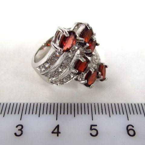 טבעת כסף משובצת בששה גרנטים וספירים לבנים