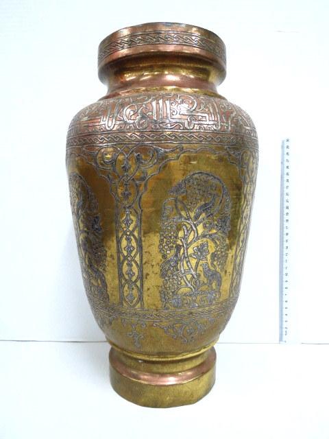 אגרטל ברונזה עם אינליי כסף ונחושת, עבודת דמשק, עם מוטיבים של גן וכיתוב ערבי מהודר