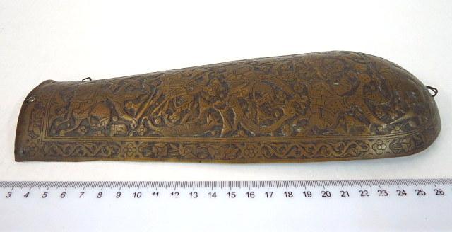 מגן מרפק מפליז רקוע, עבודת יד אמן חג'ארית (פרס)