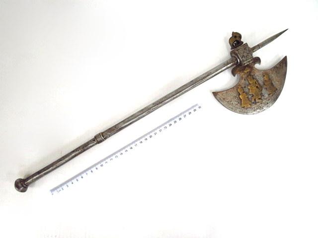 גרזן קרב פרסי, ברזל רקוע עם אינליי פליז, צורת דמויות חצר, בסגנון המוגול