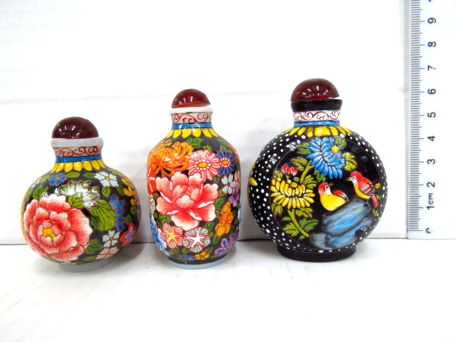 שלושה בקבוקוני בושם סיניים עם ציורי אמייל