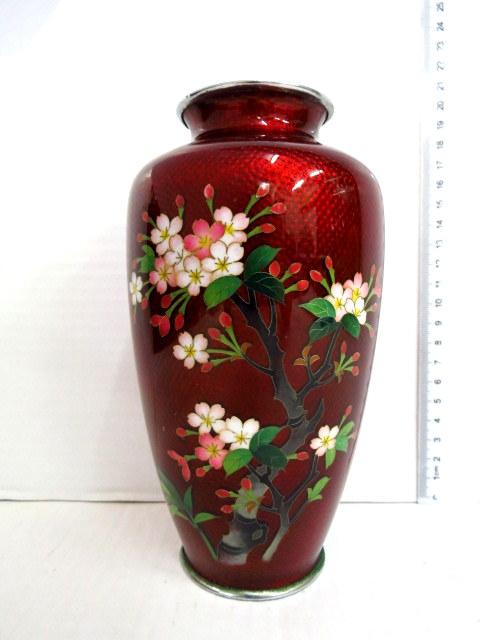 אגרטל יפני, עבודת אמייל, פרחים על רקע בורדו