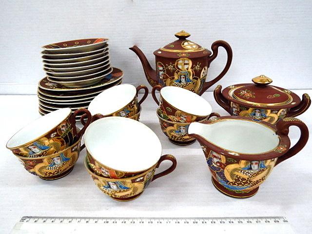 סרוויס קפה יפני הכולל: קנקן, כלי לסוכר, כלי לחלב, כוס + תחתית+צלחת X8 , עם ציורים בסגנון סצומה, חצר קיסרית