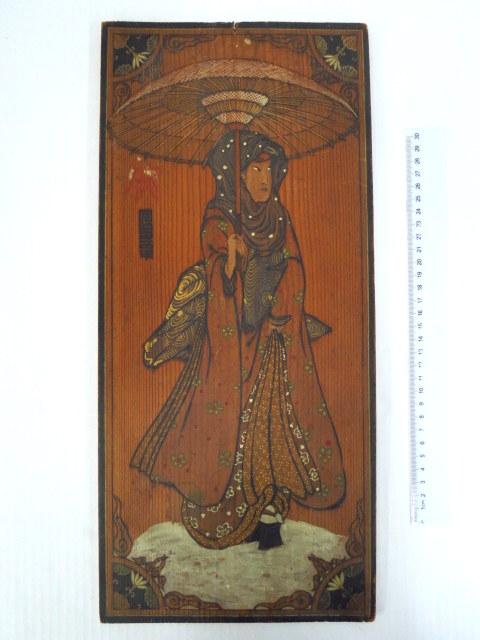 """ציור יד ע""""ג עץ, לפי מוטיב יפני עתיק גברת עם שמשיה, מתוארך 1887"""