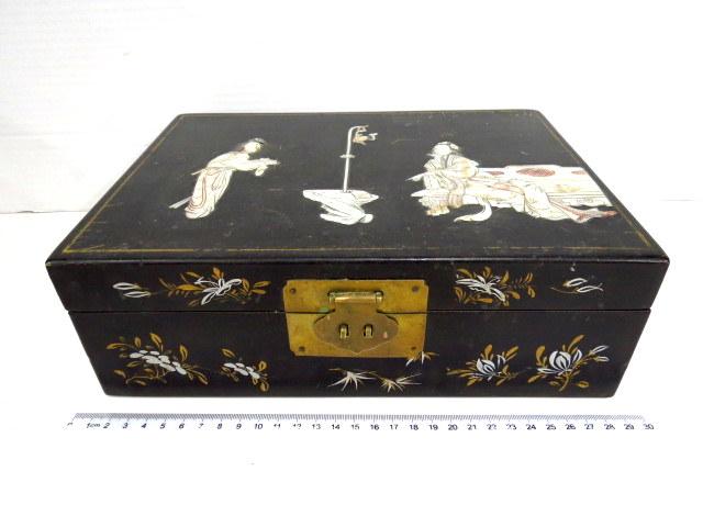 קופסת תכשיטים יפנית, מכסה עם עבודת אינליי, נשות חצר