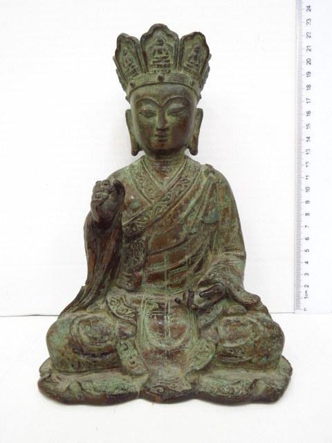 פיגורת ברונזה סינית של בודהיטווה המאה ה18, סגנון מונג, בדמות בגלימת נזיר, פטינה טובה מאד
