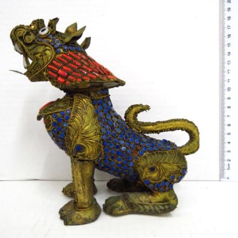 פיגורת פליז בורמזית עם שיבוץ קורלים ולפיס, כלב שומר מקדש