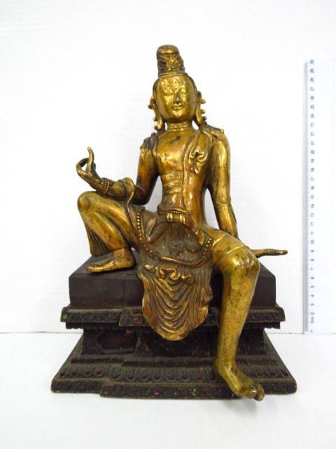 פיגורת ברונזה מוזהבת, יציקה מלאה בסיס עץ, של בודהא הצעיר בתנוחת ישיבה מלכותית royal ease, טיבט, תחילת המאה ה20, בסגנון ה14