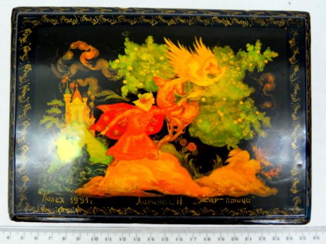 קופסת פאלך, פפירמשה עם ציורי יד אמן, מתוארך 1991, על המכסה סצינה מתוך ציפור האש