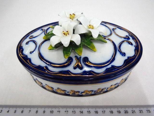 קופסת פורצלן עם מכסה, עליו פרחים תוצ קפו די מונטה