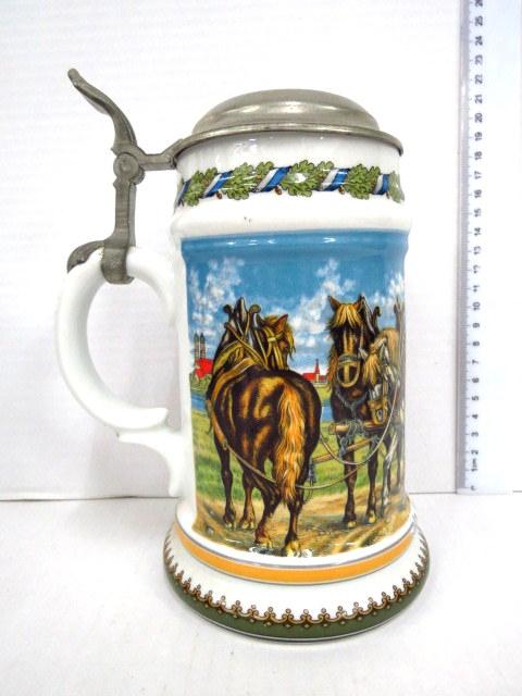 כוס בירה מפורצלן עם מכסה פיוטר בעיצובו של Franz v. Dofregger