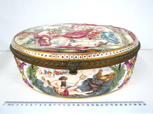 קופסת קרמיקה גדולה, עבודת קאפו די מונטה, עם עבודת תבליט, סצינות מהמיתולוגיה הקלאסית