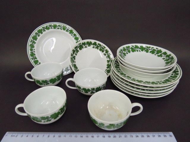 מע' כלי פורצלן תוצ Meissen דוגמת גפנים, כולל: ארבעה ספלים עם תחתיות, שש צלחות עוגה