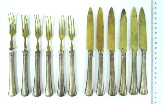 """סכו""""ם פירות הכולל: ששה מזלגות, וששה סכינים, ידיות כסף (מזלג אחד שבור)"""