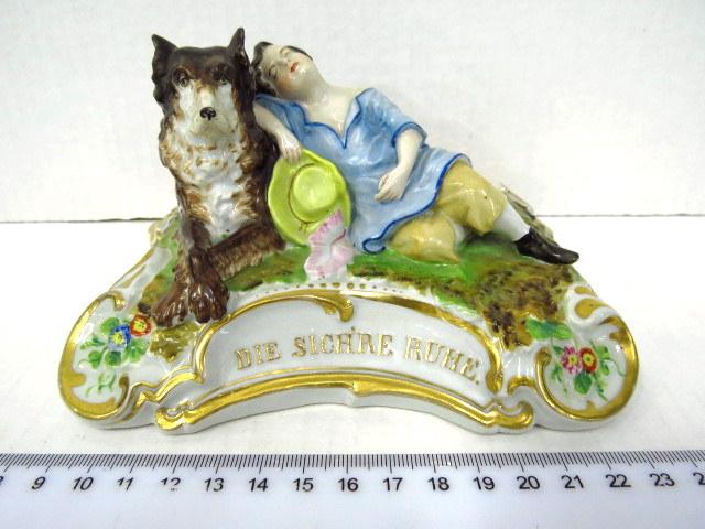 פיגורת פורצלן עם כיתוב: Die Sichere Ruhe המנוחה הבטוחה, ילד עם כלב ששומר עליו, גרמניה, המאה ה19