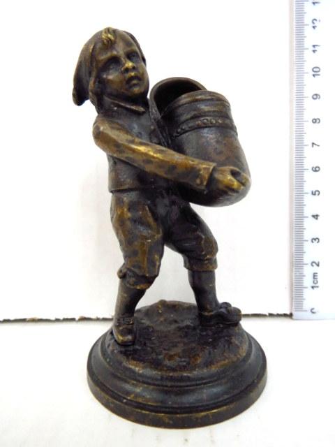 פיגורת ברונזה הולנדית - מחזיק גפרורים striker ילד מחזיק נעל עץ