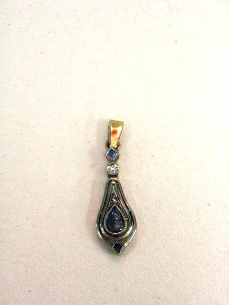 תליון זהב עתיק משובץ שני ספירים ויהלום קטן, וכן דיאמנט טיפה