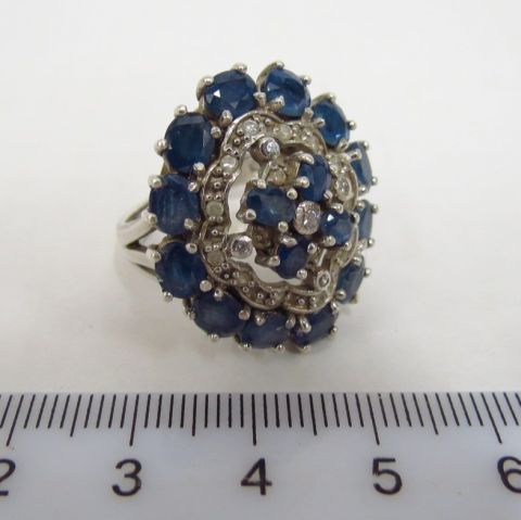 טבעת כסף משובצת ב-16 ספירים כחולים וספירים לבנים