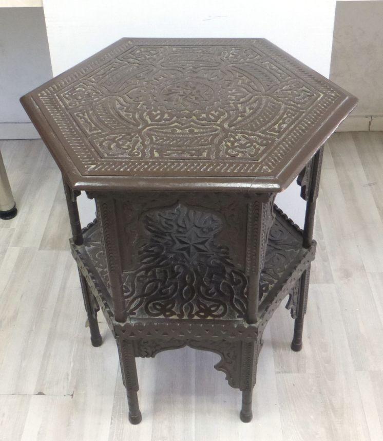 שולחן קטן, לוח משושה עם עבודת גילוף אורינטלית, אורנמטים וכיתוב ערבי, גובה 72, הלוח 56X63