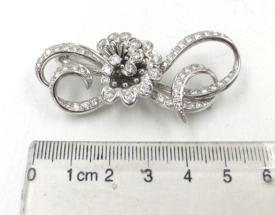 """סיכת זהב לבן 18K, (נבדק) משובצת בכ-60 יהלומים, בין 2-4 נק' כ""""א, ס""""ה 1.8 ct, אורך 5.5 ס""""מ, 16.5 גרם"""