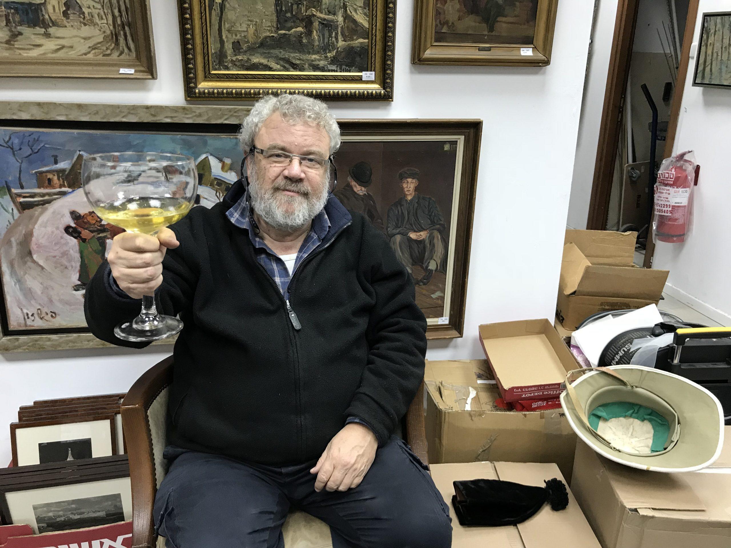 דוד מרים כוס גדולה של יין